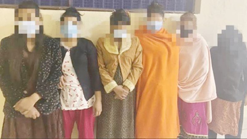 হোটেলে আপত্তিকর অবস্থায় ১২ নারী-পুরুষ আটক