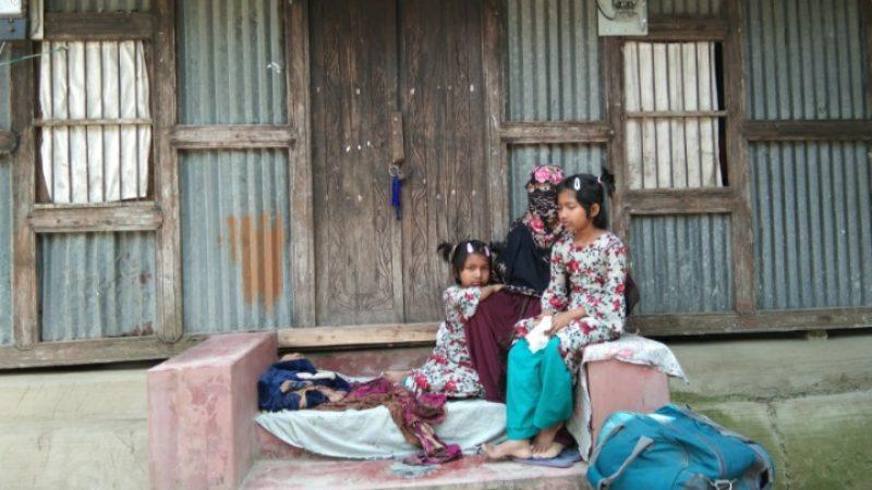 বাউফলে স্বামীর তালাবদ্ধ ঘরের সামনে শিশু সন্তানদের নিয়ে স্ত্রীর অনশন