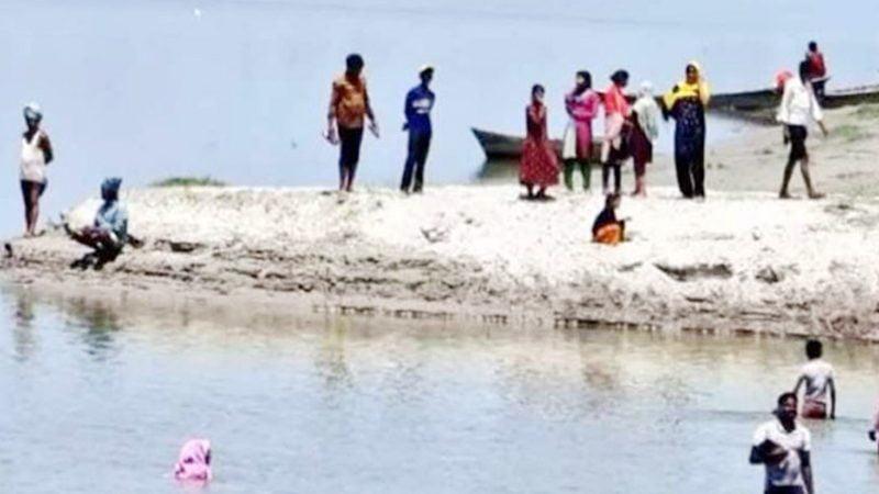 করোনার টিকা নেওয়ার ভয়ে ২০০ মানুষের নদীতে ঝাঁপ