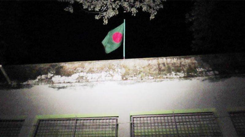 রাতের বেলা স্কুলে উড়ল জাতীয় পতাকা, ৫ শিক্ষককে শোকজ